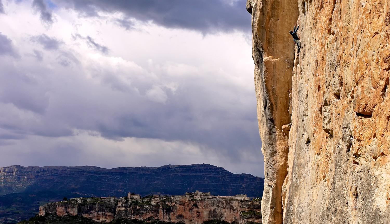 El Falco wall, Siurana in background