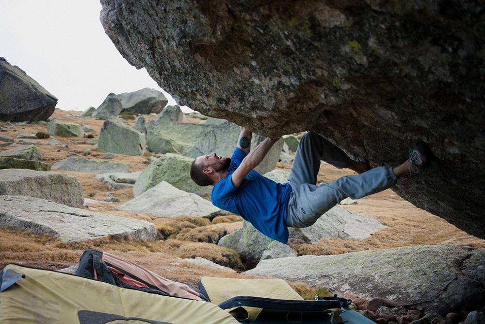 Belmez Climbing Gear Pavi Bouldering on an overhanging roof
